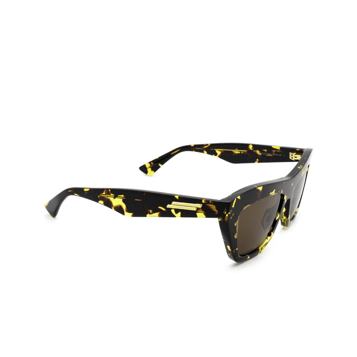 Bottega Veneta® Cat-eye Sunglasses: BV1121S color Havana 002 - three-quarters view.