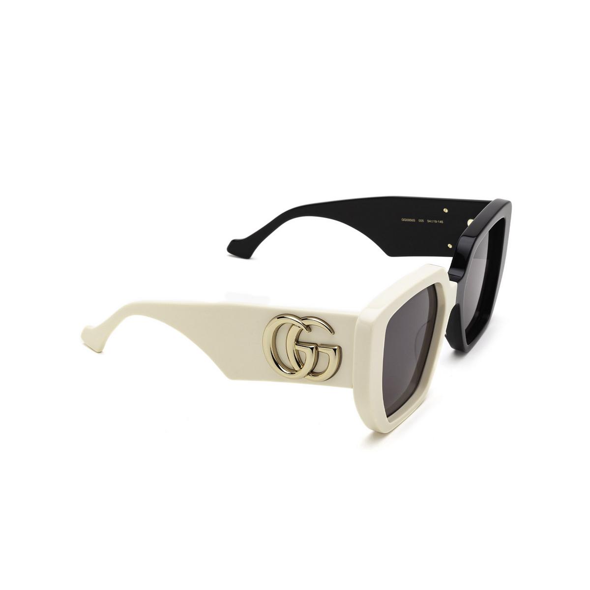 Gucci® Irregular Sunglasses: GG0956S color Black & Ivory 005 - three-quarters view.