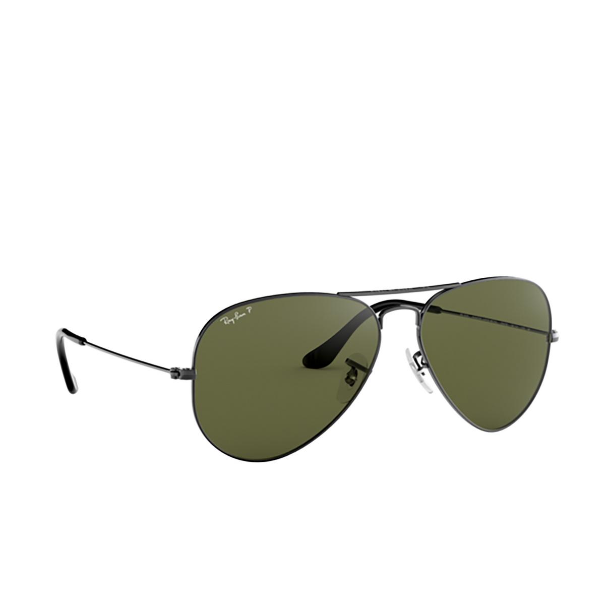 Ray-Ban® Aviator Sunglasses: Aviator Large Metal RB3025 color Gunmetal 004/58 - three-quarters view.
